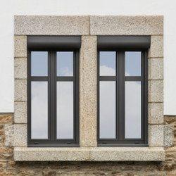 Zwei dunkle moderne Alufenster mit Vorbaurolllden Sichtschutzglas