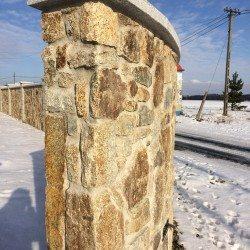 mur z granitu